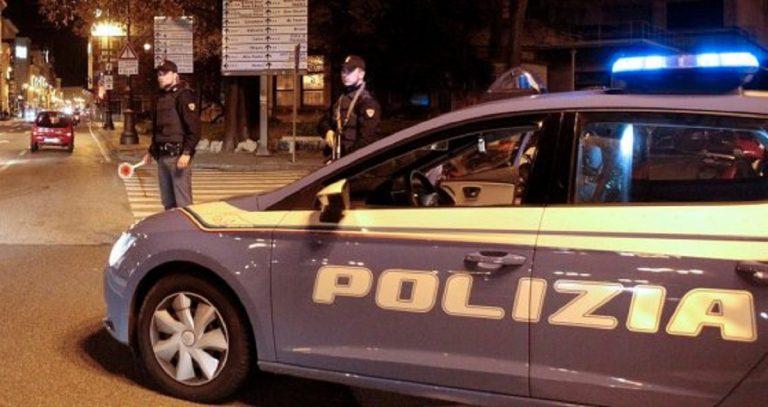 uomo armato di coltello minaccia poliziotti