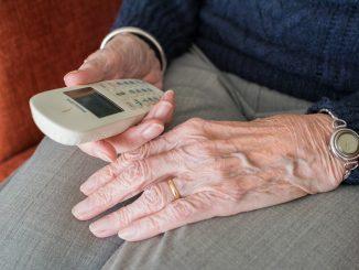 Anziano al telefono di casa