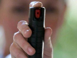 Spruzzano lo spray al peperoncino a scuola: 35 intossicati a Milano