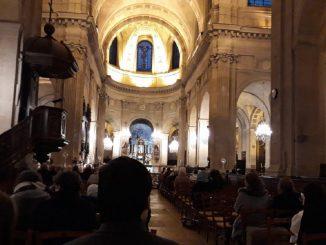 Entra in chiesa, bestemmia e insulta i fedeli: arrestato ventenne
