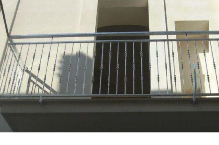 Bimba cade dal balcone Milano