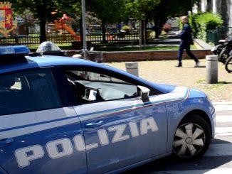 La polizia entra in via Gola