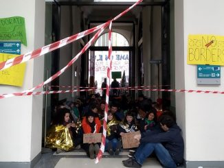 manifestazione pro-migranti a milano in emergenza coronavirus