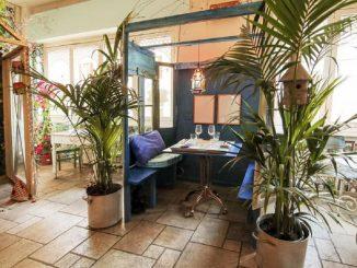 Divisori in legno nel ristorante: distanziamento e atmosfera