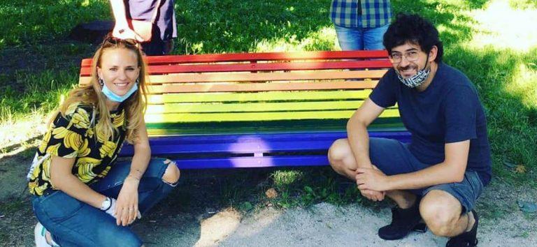 Milano panchine arcobaleno LGBT