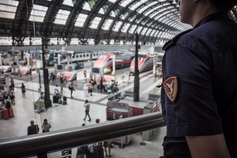 Milano poliziotto eroe salva vita ad anziano