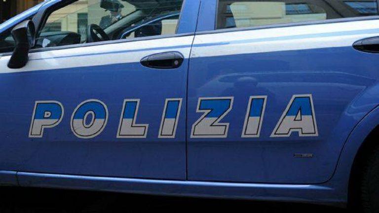 poliziotto prende a schiaffi