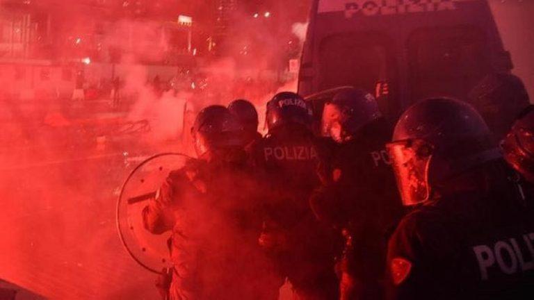scontri polizia milano