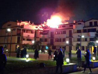 Incendio a Cologno Monzese, evacuato un condominio in via Calamandrei