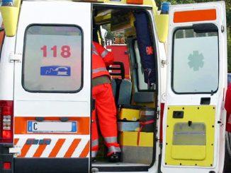 """Covid, negazionista prende a calci ambulanza: """"Terrorizzate la gente"""""""