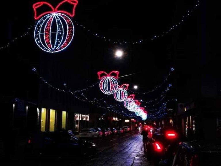 A Milano si accendono le luminarie per le feste di Natale
