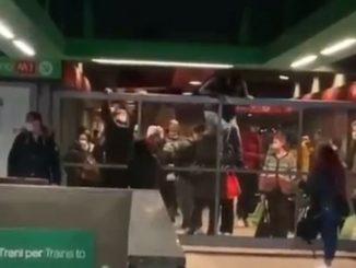passeggeri scavalcano tornelli