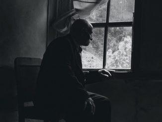 Anziani trovati morti in casa, soli e divorati dai vermi: la strage silenziosa delle case popolari