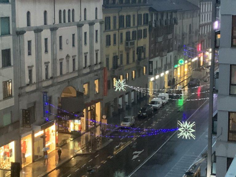 Milano, luci accese dopo la Befana per illuminare la città