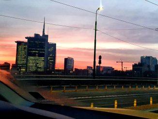Stamattina Milano si è svegliata con una spettacolare alba rosa