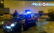 Cede la grata di un centro commerciale, due uomini gravemente feriti