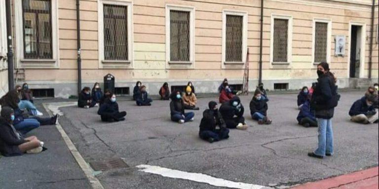 """""""Basta DAD"""", gli studenti occupano il liceo Manzoni"""