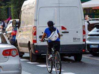 Migliaia di multe a Milano ad auto e scooter sulle piste ciclabili