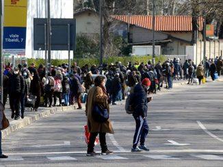 Pane Quotidiano, a Milano centinaia di persone in fila per un aiuto