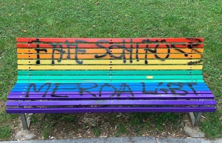 panchina arcobaleno imbrattata